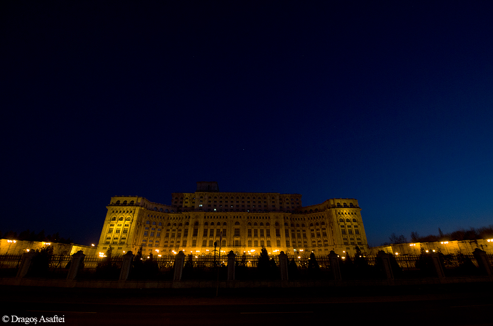 Clipe din Bucureşti 9 - Nikon D7000 + 10-24 - 1/20s, f/3,5, ISO 800