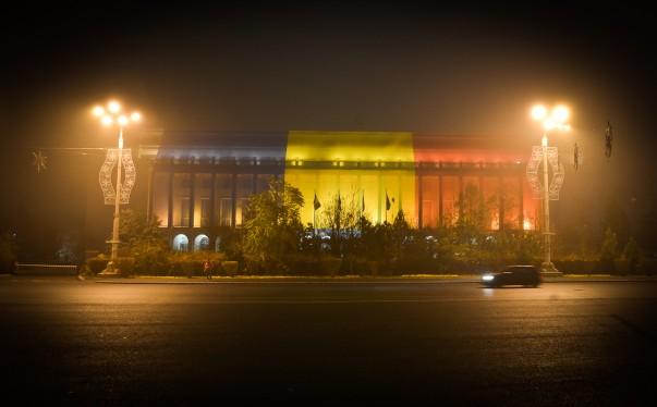 O seară cu ceață și urme ale Zilei Naționale