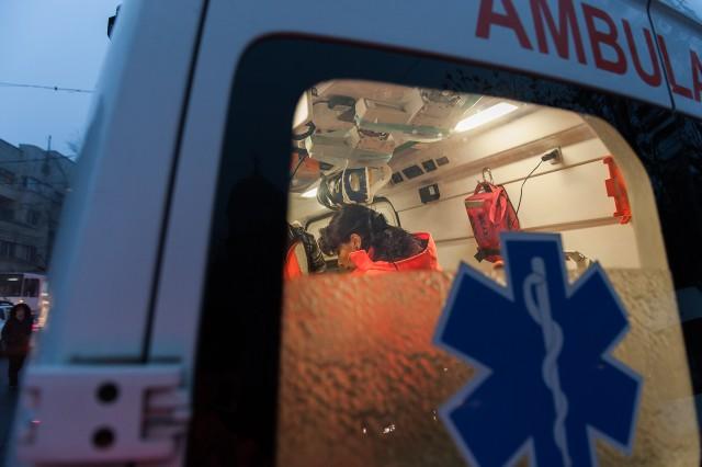 Primele măsuri luate asupra pacientului - - Fotoreportaj: 15 ore pe ambulanță