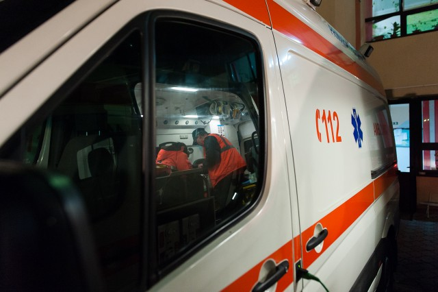 Dr. Carniciu și Asist. Jianu Tomița în verificarea ambulanței - Fotoreportaj: 15 ore pe ambulanță