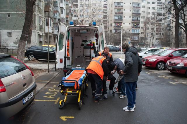 Al treilea caz, preluarea pacientului - Fotoreportaj: 15 ore pe ambulanță