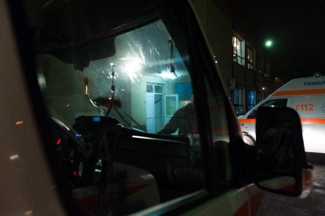 Ambulanțierul Popescu Florin spală parbrizul mașinii - Fotoreportaj: 15 ore pe ambulanță