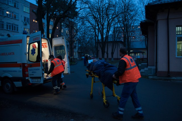 Sosirea la Spitalul Neurologic din Craiova - Fotoreportaj: 15 ore pe ambulanță